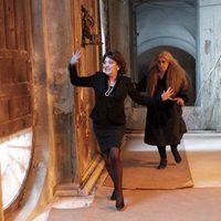 Carmen Maura corre delante de Terele Pávez en el rodaje de 'Las brujas de Zugarramurdi'