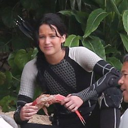 Jennifer Lawrence con un pez en el rodaje de 'Los Juegos del Hambre: En llamas'