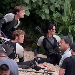 Sam Claflin, Jennifer Lawrence y Josh Hutcherson en posición de alerta en el rodaje de la segunda parte de 'Los Juegos del Hambre'
