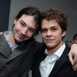Ezra Miller y Johnny Simmons en la gala de los People's Choice Awards 2013
