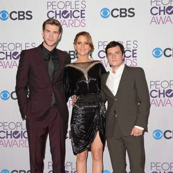 Liam Hemsworth, Jennifer Lawrence y Josh Hutcherson en la gala de los People's Choice Awards 2013