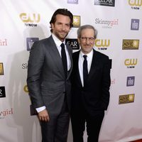 Bradley Cooper y Steven Spielberg en la gala de los Critics' Choice Movie Awards 2013