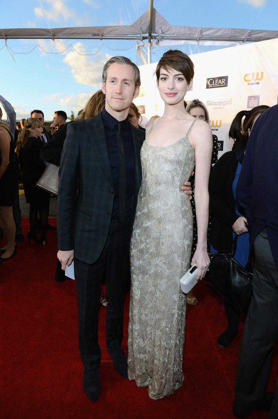 Adam Shulman y Anne Hathaway en los Critics' Choice Movie Awards 2013
