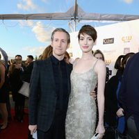 Adam Shulman y Anne Hathaway en los Critics' Choice Movie Awards 2013