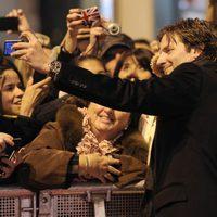 Bradley Cooper atiende se hace fotos con los fans en el estreno de 'El lado bueno de las cosas' en Madrid