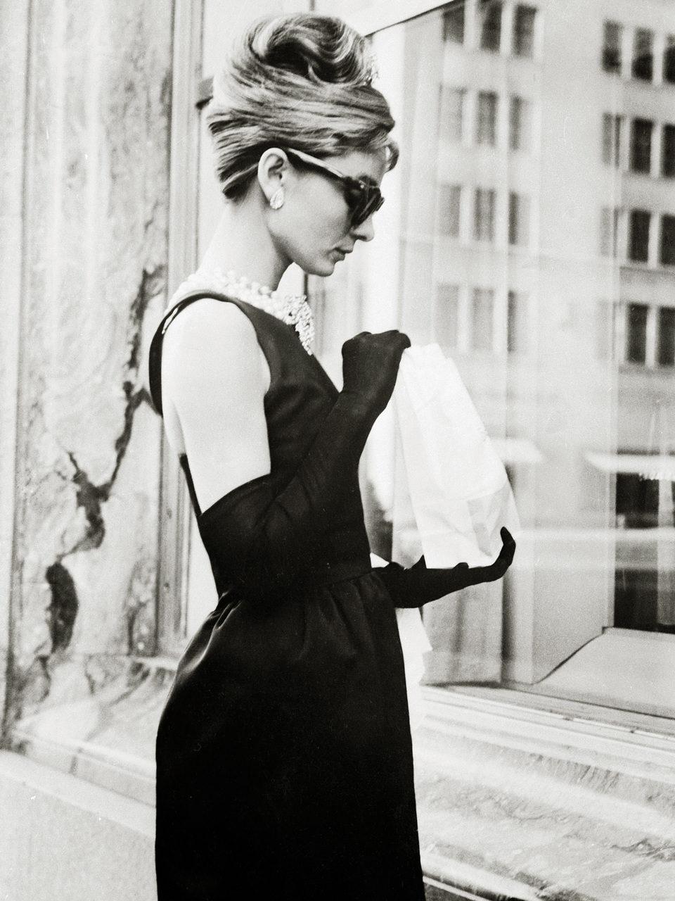 Audrey Hepburn interpretando a Holly Golightly en 'Desayuno con diamantes'