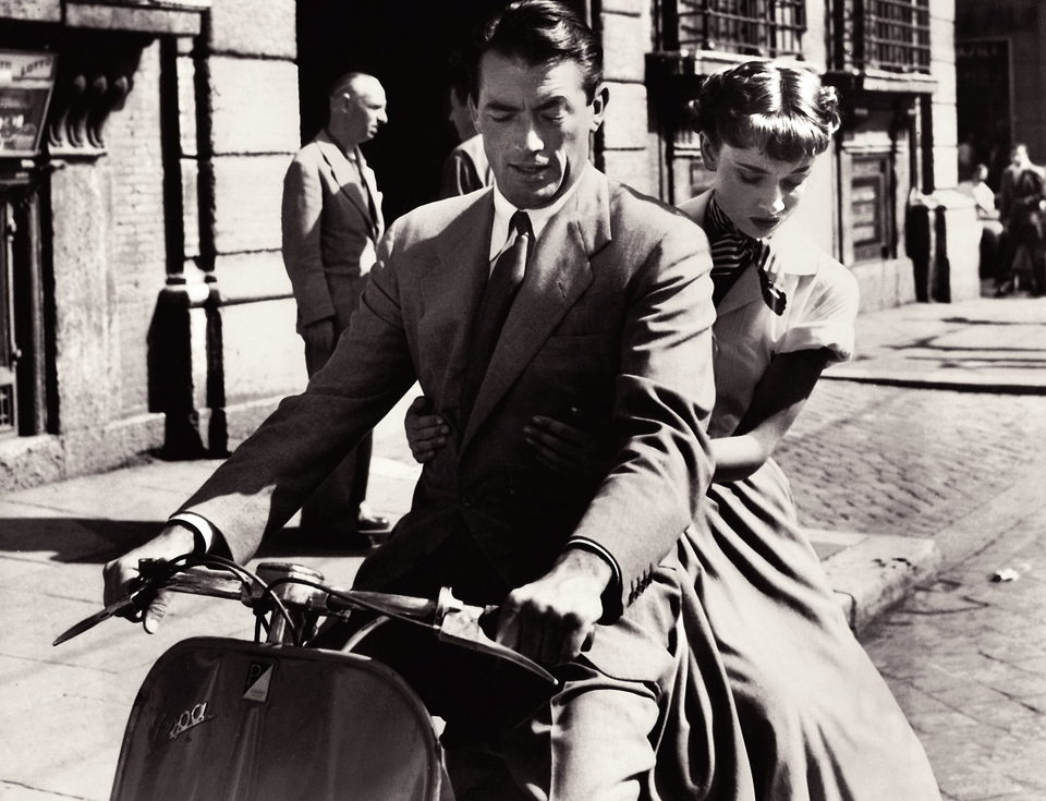 Audrey Hepburn en un viaje en Vespa en 'Vacaciones en Roma'