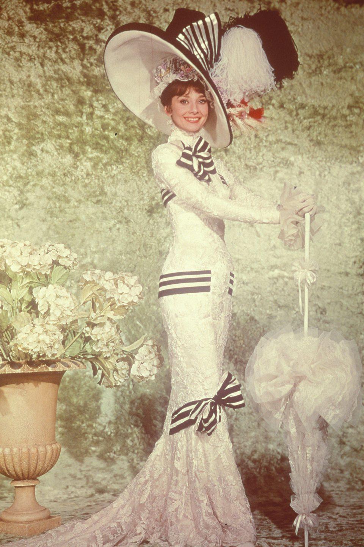Audrey Hepburn vistiendo el famoso traje de las carreras de 'My Fair Lady'