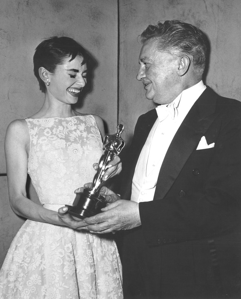 Audrey Hepburn recibe su primer Oscar en la gala de 1954