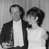 Rex Harrison y Audrey Hepburn en la gala de los Oscars de 1965