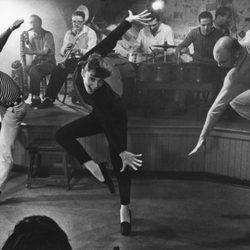 Audrey Hepburn bailando en una escena de 'Una cara con ángel'