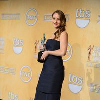 Jennifer Lawrence posa con su premio en los Screen Actors Guild Awards 2013