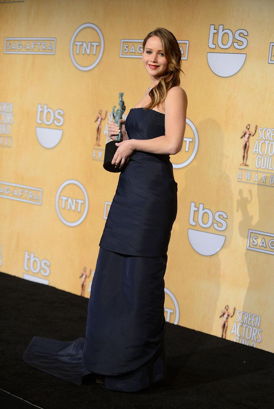 Jennifer Lawrence posa con su premio en los Screen Actors Guild Awards 2013