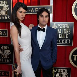 Kunal Nayyar y Neha Kapur en la alfombra roja de los Screen Actors Guild Awards 2013