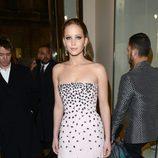 Jennifer Lawrence muestra su vestido en los BAFTA 2013
