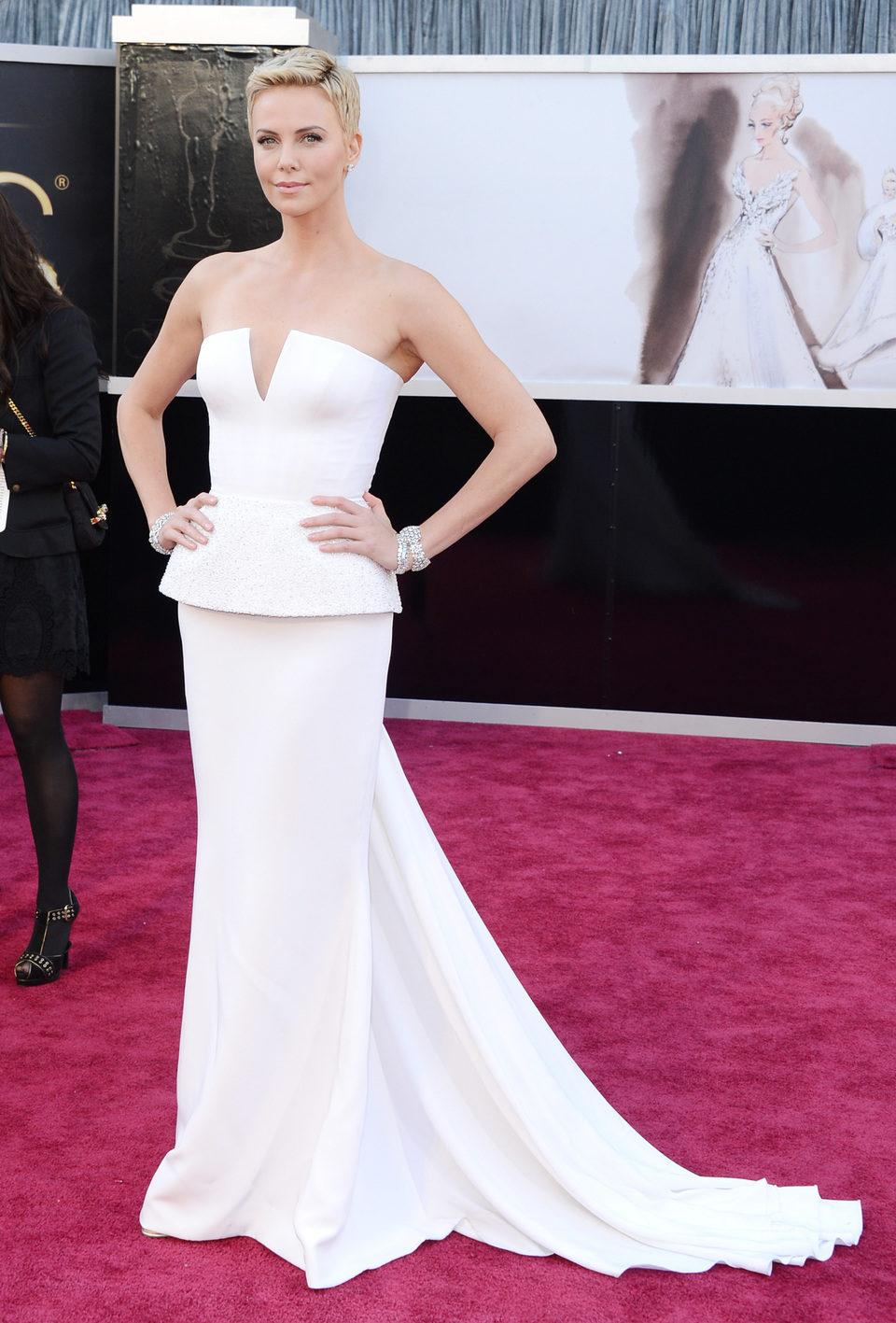 Charlize Theron en la alfombra roja de los Oscar 2013