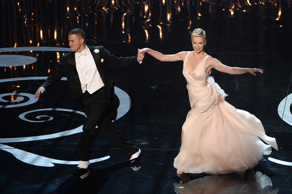 Channing Tatum y Charlize Theron bailando en la entrega de los Oscar 2013