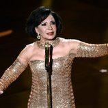 Shirley Bassey durante su actuación en la entrega de los Oscar 2013
