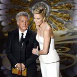 Dustin Hoffman y Charlize Theron presentan en los Oscar 2013