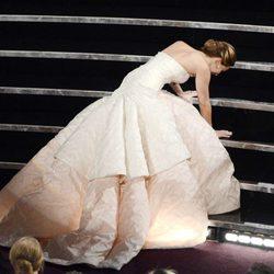 Jennifer Lawrence tropieza en los Oscar 2013