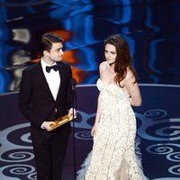 Daniel Radcliffe y Kristen Stewart presentan en los Oscar 2013