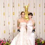 Jennifer Lawrence y Anne Hathaway posan con sus Oscar 2013