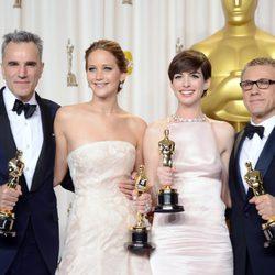 Daniel Day-Lewis, Jennifer Lawrence, Anne Hathaway y Christoph Waltz posan con sus Oscar 2013