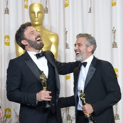 Ben Affleck y George Clooney con sus Oscar 2013