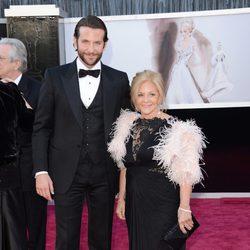 Bradley Cooper y su madre Gloria Cooper en los Oscar 2013