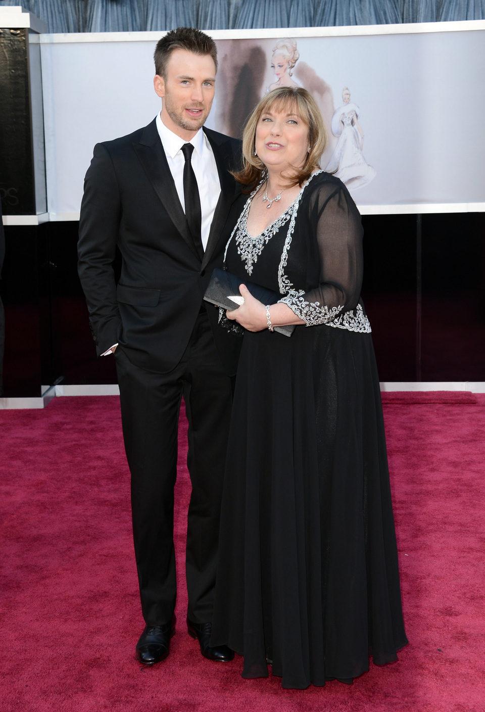 Chris Evans y su madre Lisa Evans en los Oscar 2013