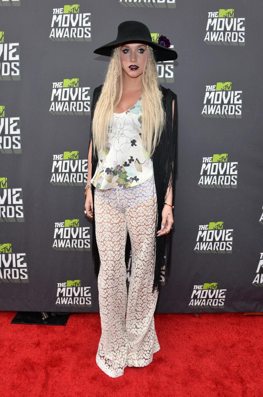 La cantante Kesha en la alfombra roja de los MTV Movie Awards 2013