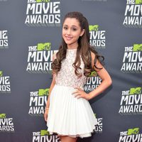 Ariana Grande en la alfombra roja de la entrega de los MTV Movie Awards 2013