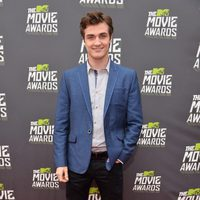 Beau Mirchoff en la alfombra roja de la entrega de los MTV Movie Awards 2013