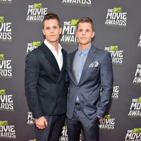 Charlie y Max Carver en la alfombra roja de la entrega de los MTV Movie Awards 2013