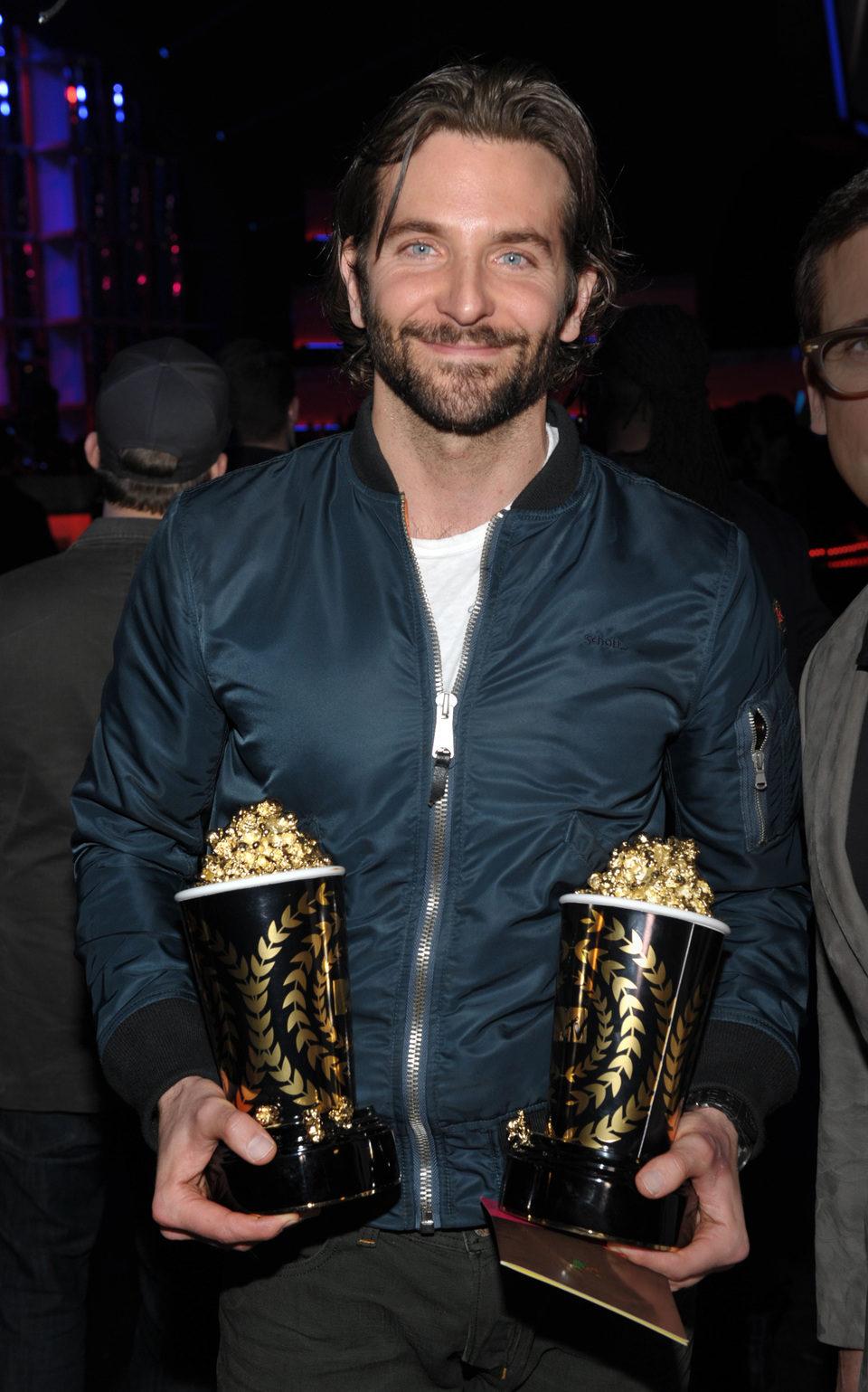 Bradley Cooper con sus premios en los MTV Movie Awards 2013