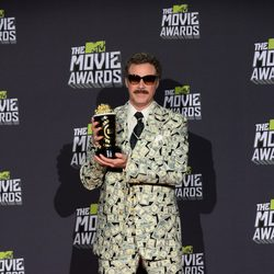 Will Ferrell con su premio en los MTV Movie Awards 2013