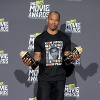 Jamie Foxx con su premio en los MTV Movie Awards 2013