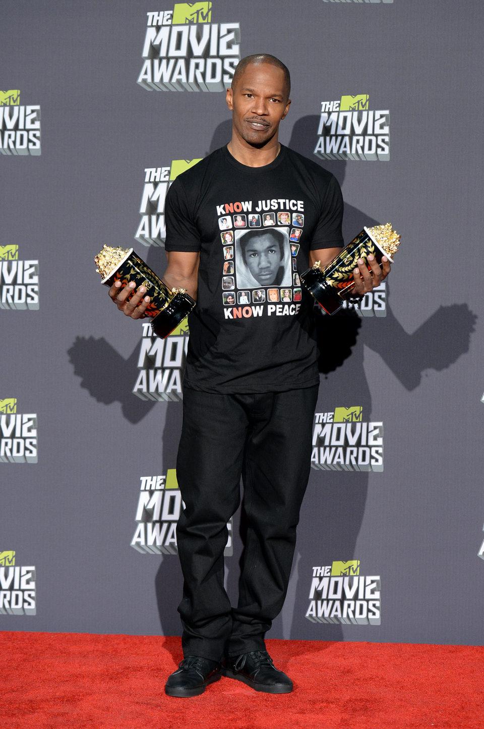 Jamie Foxx con su premio en los MTV Movie Awards 2013