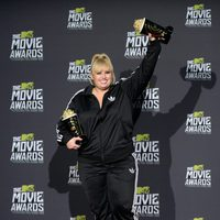 Rebel Wilson con sus premios en los MTV Movie Awards 2013