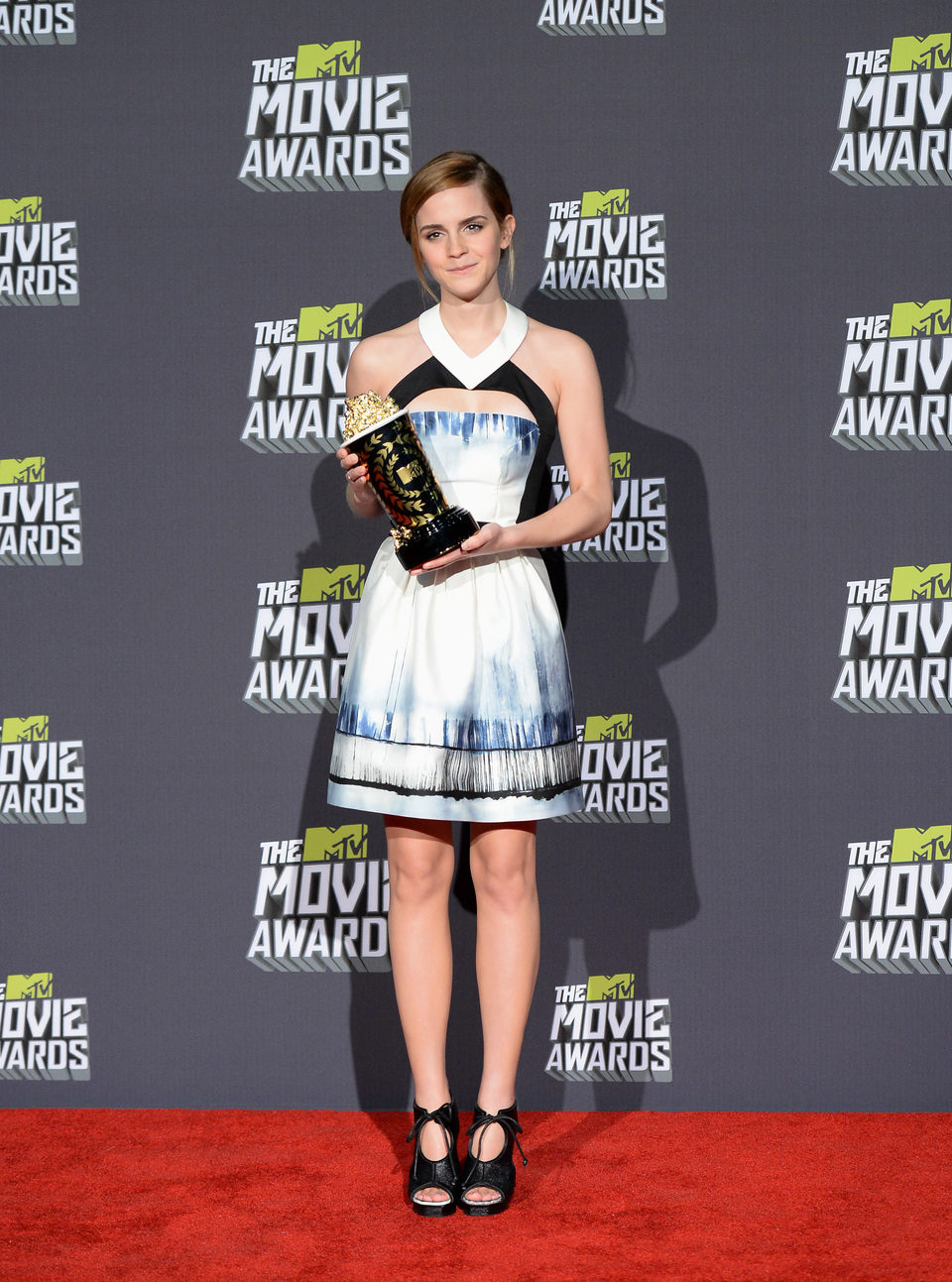 Emma Watson con su premio en los MTV Movie Awards 2013