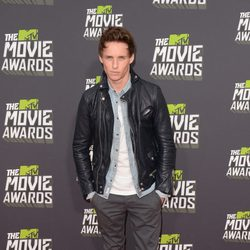 Eddie Redmayne en la alfombra roja de la entrega de los MTV Movie Awards 2013