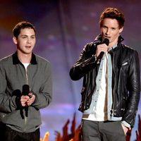 Logan Lerman y Eddie Redmayne en los MTV Movie Awards 2013