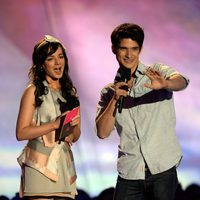 Ashley Rickards y Tyler Posey en los MTV Movie Awards 2013