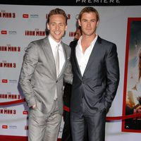 Tom Hiddleston y Chris Hemsworth en el estreno de 'Iron Man 3' en Los Ángeles