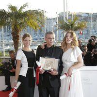 Léa Seydoux, Abdellatif Kechiche y Adèle Exarchopoulos en la clausura del Festival de Cannes 2013