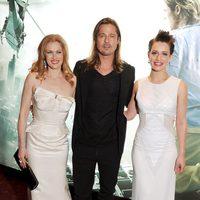 Mireille Enos, Brad Pitt y Daniella Kertesz en el estreno de 'Guerra Mundial Z' en Londres