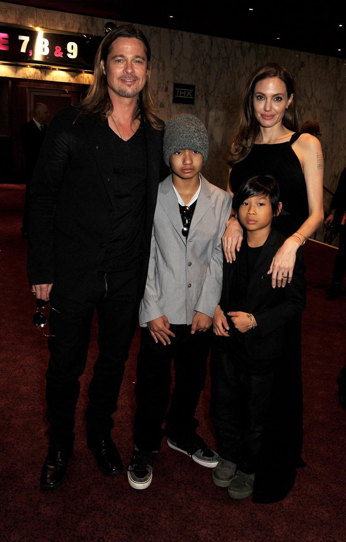 Brad Pitt y Angelina Jolie con sus hijos Maddox y Pax Jolie-Pitt en el estreno de 'Guerra Mundial Z' en Londres