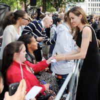 Angelina Jolie atiende a los fans en el estreno de 'Guerra Mundial Z' en Londres
