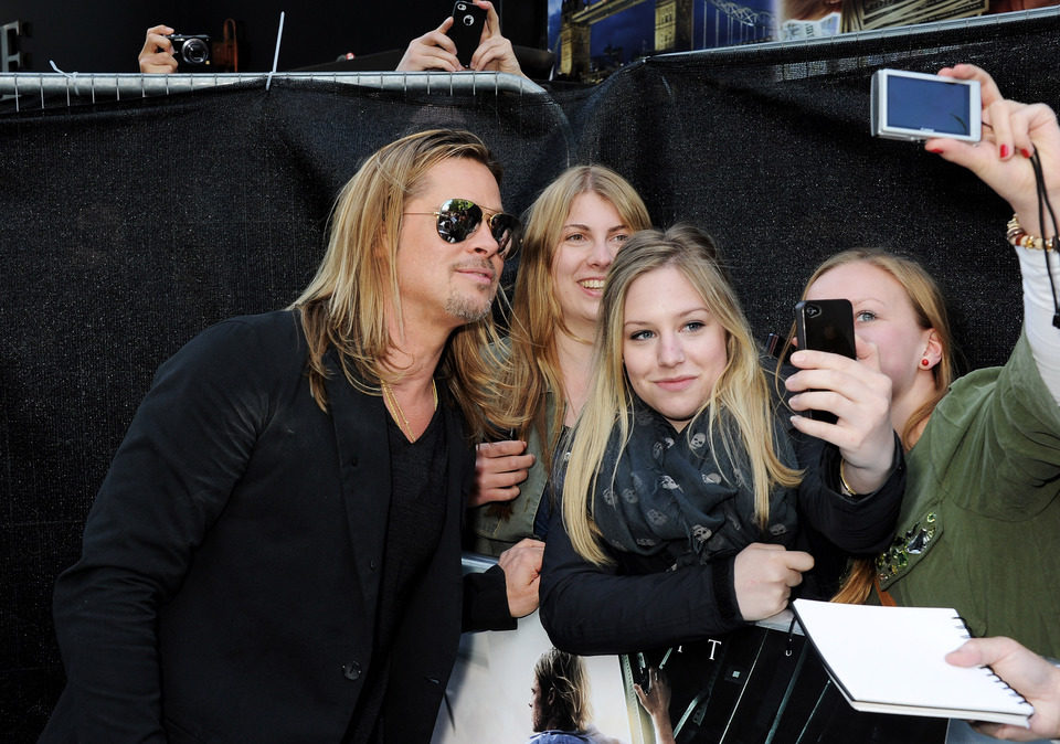 Brad Pitt atiende a los fans en el estreno de 'Guerra Mundial Z' en Londres