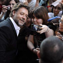 Russell Crowe atendiendo a los fans en la premiere de 'El hombre de acero' en Madrid